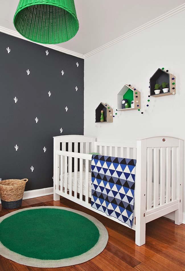 Outra ideia de quarto de bebê menino com uma parede escura