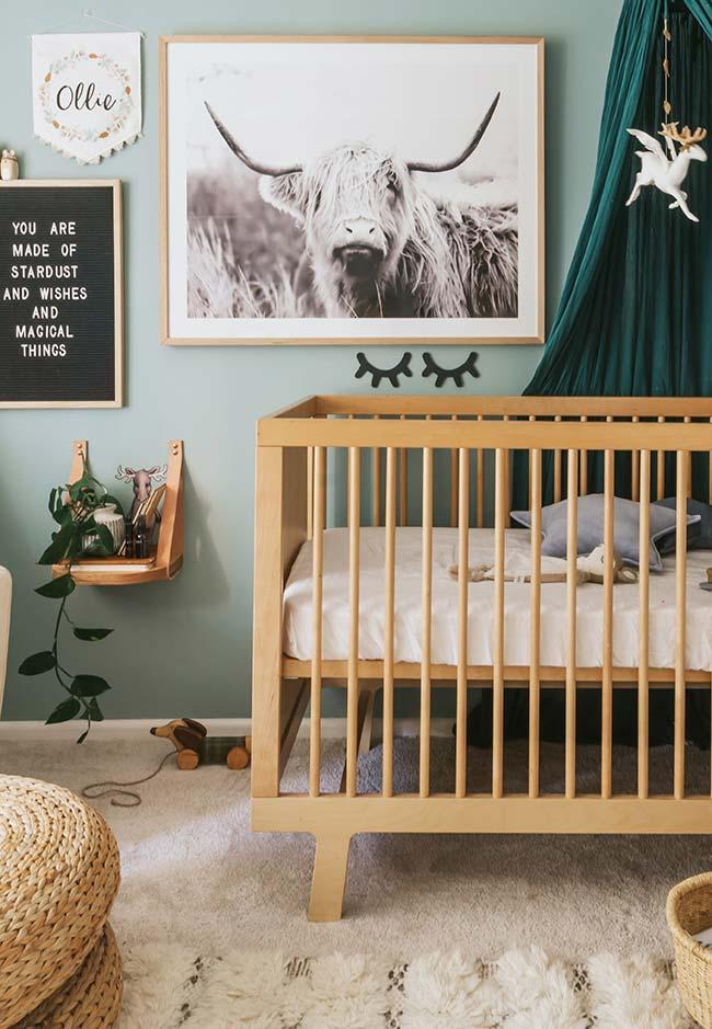 Decoração de quarto de bebê pequeno super confortável e de inspiração nos animais e plantas da natureza