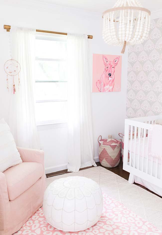 Quarto de bebê pequeno feminino: o rosinha entra como uma cor complementar na decoração dos móveis e decoração auxiliar