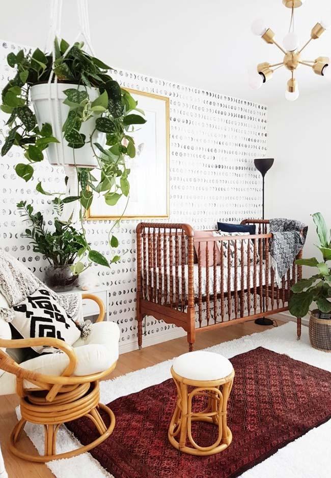 Em uma inspiração que mistura a decoração do campo com a decoração urbana contemporânea, uma ideia de quarto de bebê pequeno e simples.