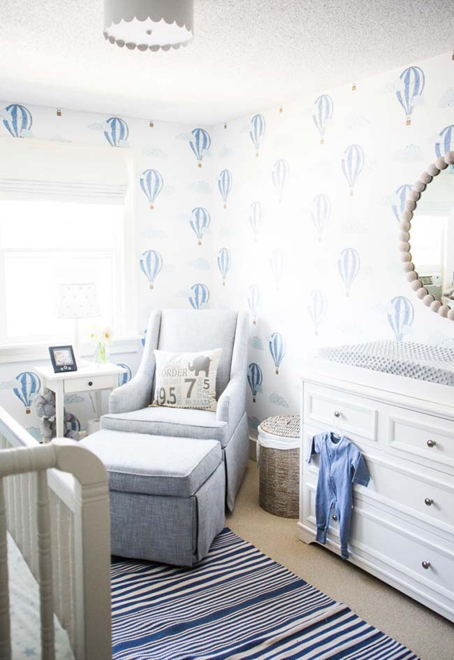 Um clássico: quarto de bebê pequeno masculino em azul e branco