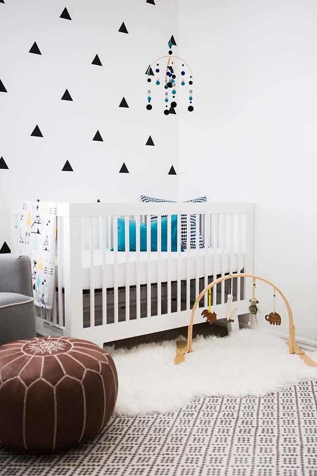 No seu quarto de bebê pequeno, otimize o espaço e crie uma área central livre posicionando os móveis próximos à parede