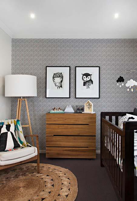Cinza e vários tons de madeira neste quarto de bebê pequeno masculino