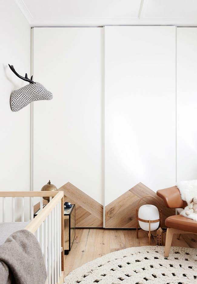 No estilo escandinavo, aposte na mistura de branco e madeira para criar um clima tranquilo e confortável no quarto de bebê