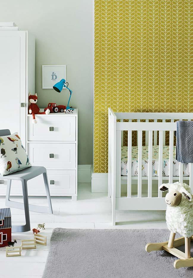 Manter os móveis em uma parede só é outra estratégia para abrir a circulação do ambiente em quartos de bebês pequenos