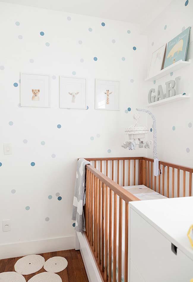Aposte em uma decoração de parede: em papéis de parede ou quadrinhos fixados ou em prateleiras, este tipo de decoração deixa o espaço livre no chão para a circulação