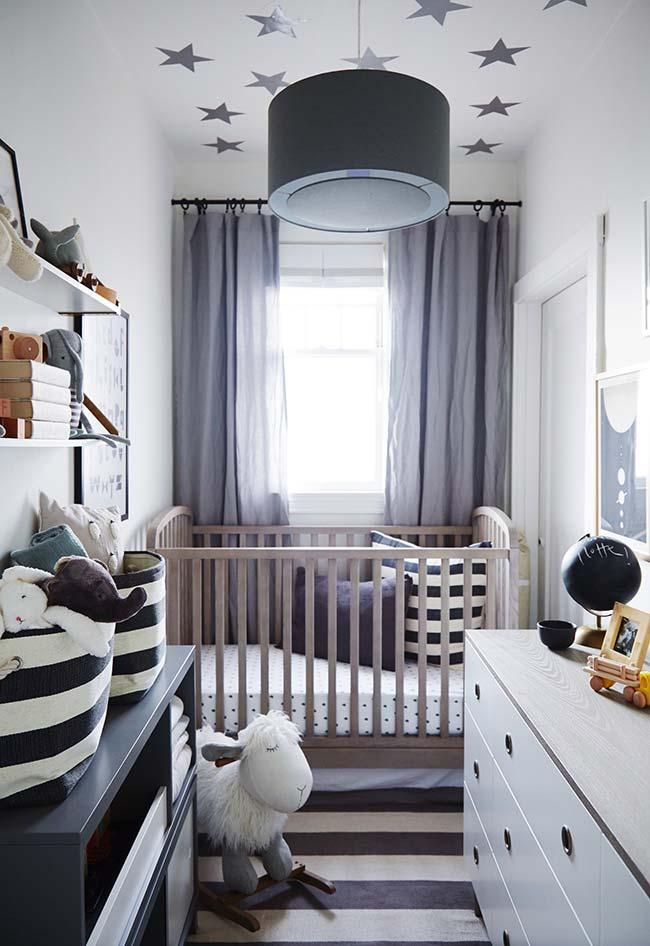 Quarto de bebê pequeno muito estreito? Mantenha os móveis posicionados próximos às paredes e crie uma área de circulação central