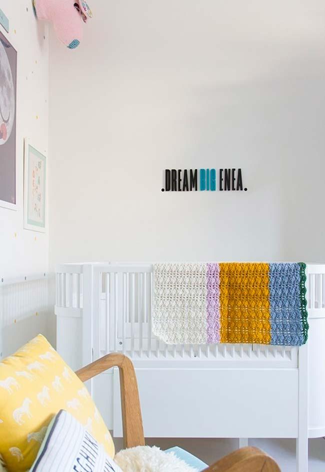 Plaquinhas de parede são ótimas formas de dar mais estilo e personalidade para o seu quarto de bebê pequeno sem deixá-lo muito cheio