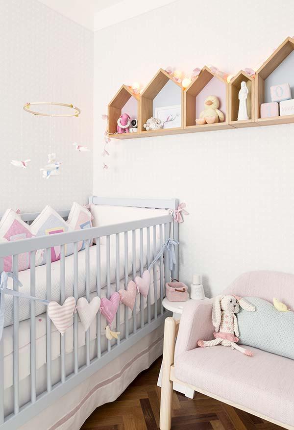 Muita fofura neste quarto de bebê pequeno feminino