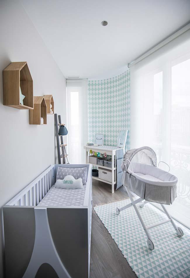 Outra ideia para quarto de bebê pequeno e estreito: tente criar uma área de circulação livre, mantendo os móveis e decorações encostados na parede e mais distantes entre si