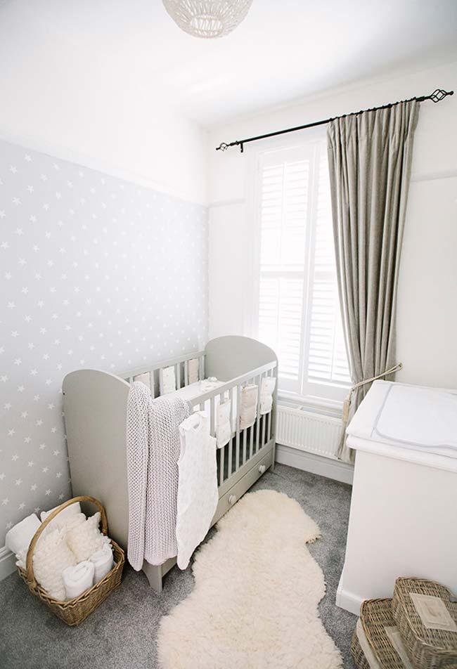 As cestas trazem um elemento natural e também mais acessível para a decoração de um quarto de bebê pequeno simples e barato
