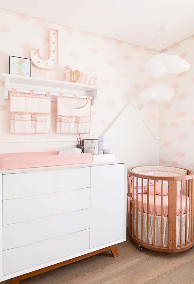 Decoração em uma linha só: mantenha os móveis e elementos decorativos em uma parede só para liberar espaço no quarto de bebê pequeno