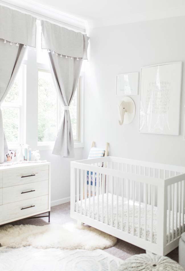Branco e cinza para uma decoração neutra, confortável e aberta para um quarto de bebê pequeno