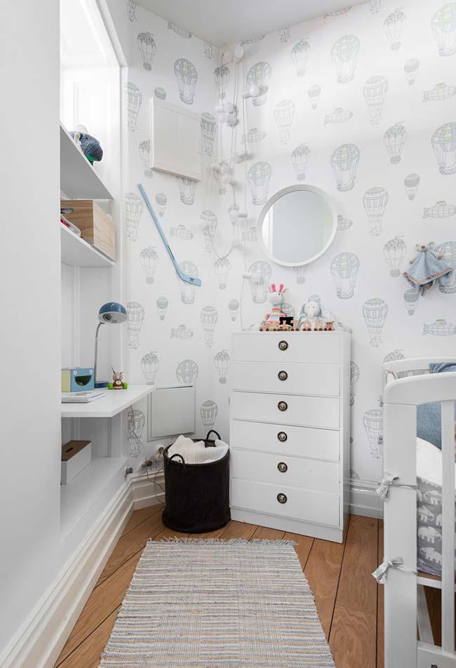 Para dentro da parede: aposte em nichos na parede ou guarda-roupas embutido para otimizar espaço na decoração em um quarto de bebê pequeno