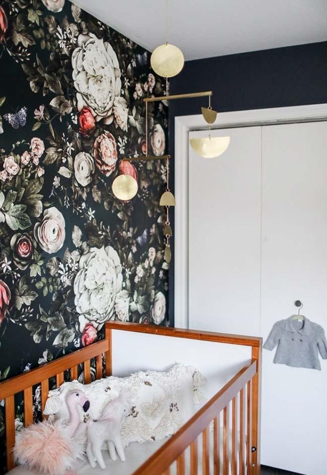 Um papel de parede que rouba toda a atenção: outra forma de simplificar a decoração do seu quarto de bebê pequeno