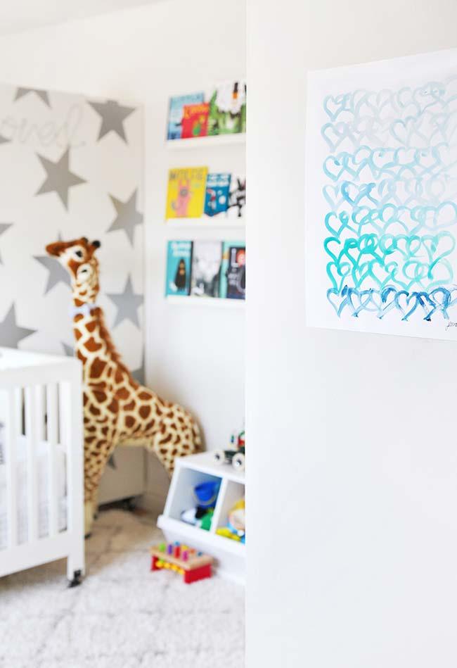 Livros e brinquedos viram a decoração principal deste quarto de bebê pequeno