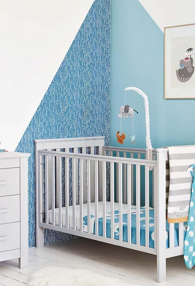 Quarto de bebê pequeno com mais uma decoração de parede super interessante