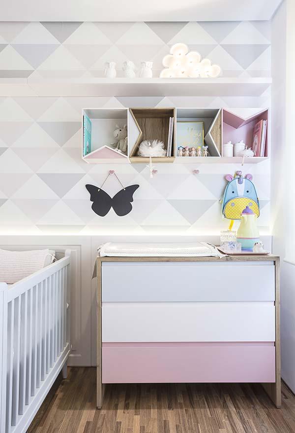Os nichos e ganchos estão com tudo em uma decoração de quarto de bebê pequeno e barato