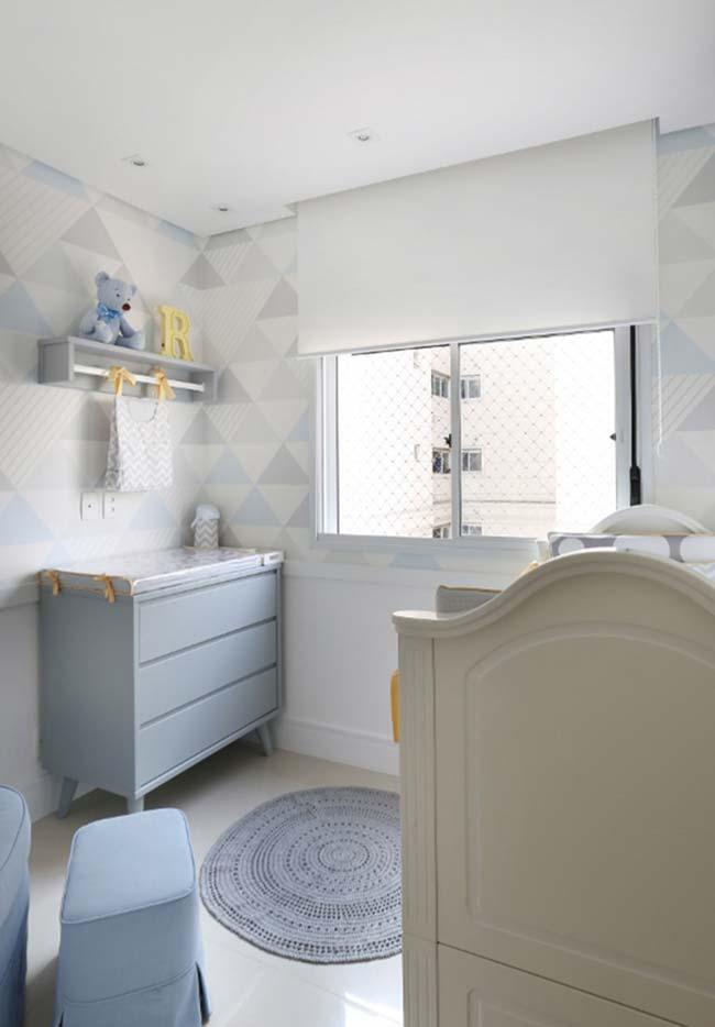 Papel de parede geométrico neutro cria um fundo tranquilo e confortável para o quarto de bebê