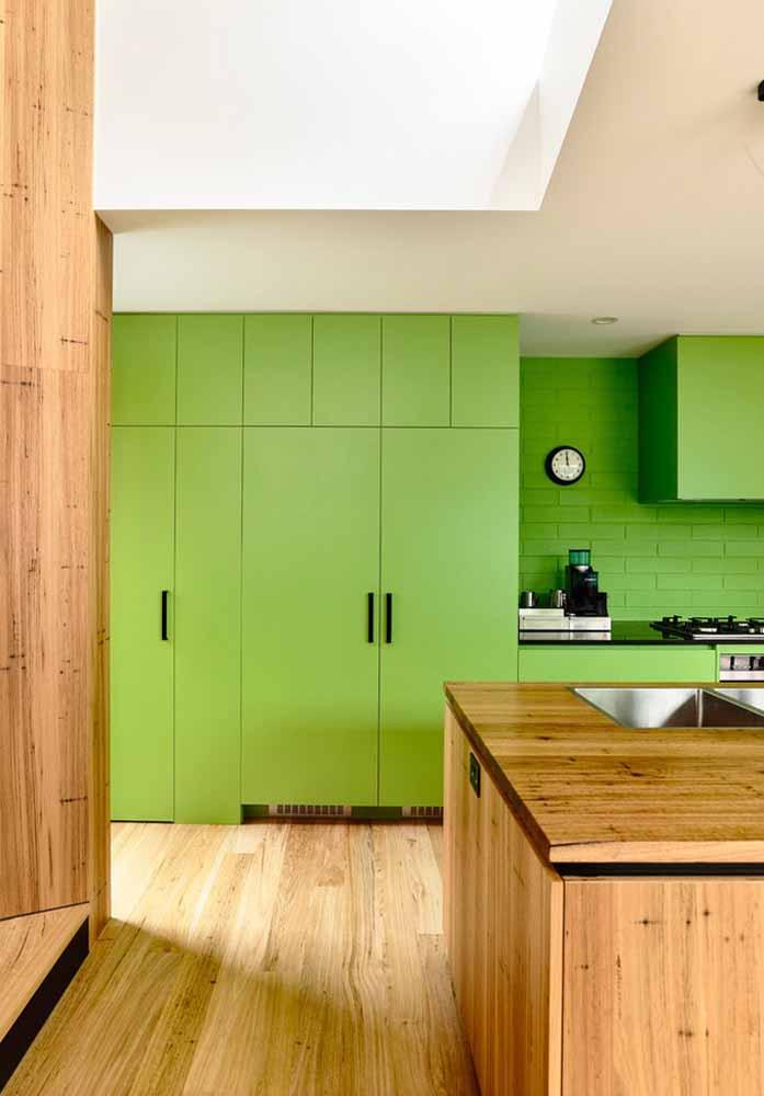 Cozinha verde limão para te inspirar: você pode usar uma cor para o acabamento dos armários e a pintura da parede