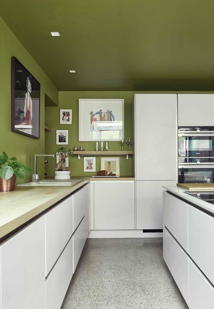 Outra ideia para ousar na decoração da sua cozinha verde: que tal uma cor diferente na parede e no teto?