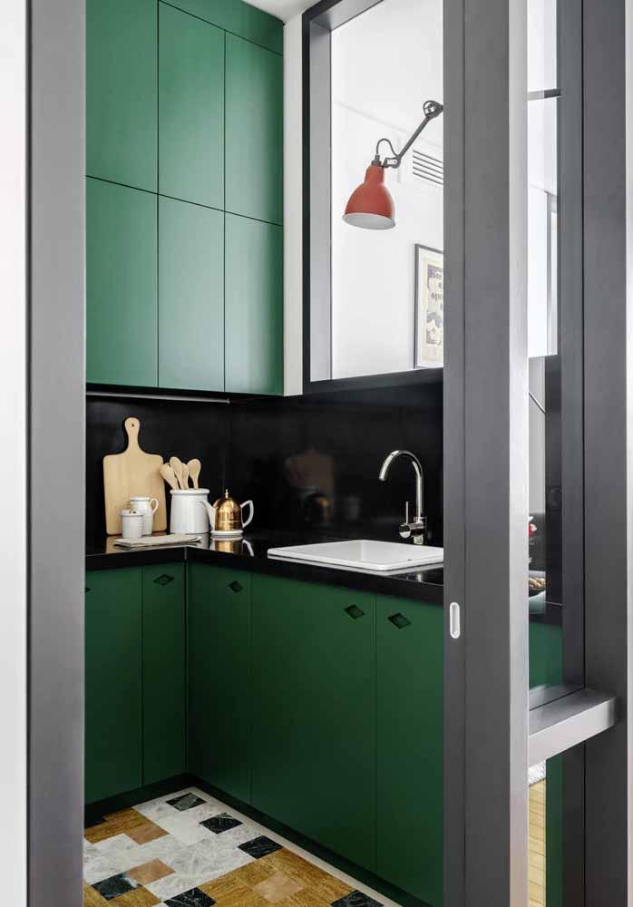 Cozinha verde e preta pequena: aposte em uma iluminação forte e pontos mais claros para não deixar o ambiente muito fechado