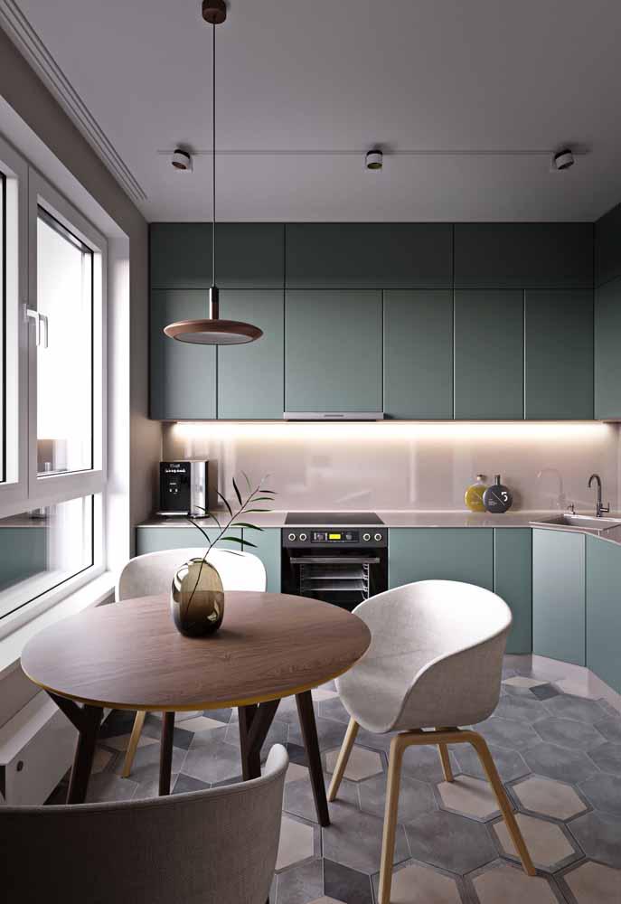 Os tons de verde com um toque acinzentado funcionam para dar um ar mais neutro para a cozinha