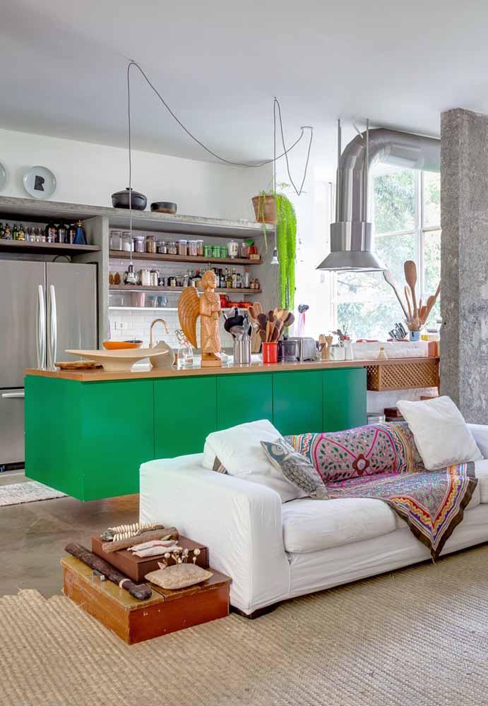 Balcão de destaque em verde bandeira dividindo os ambientes da cozinha e sala de estar