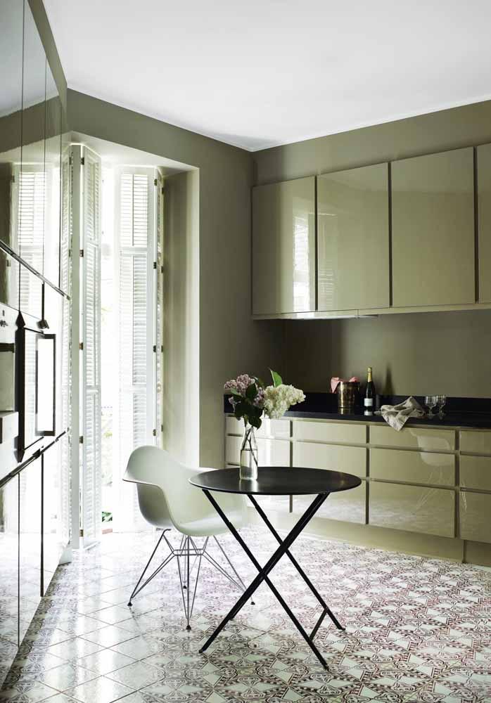 Cozinha verde musgo planejada: uma decoração combinada com preto e branco com muita elegância
