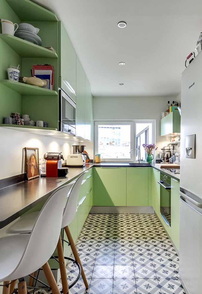 Uma dica de decoração perfeita para a sua cozinha verde é a utilização de elementos em tons derivados do vermelho