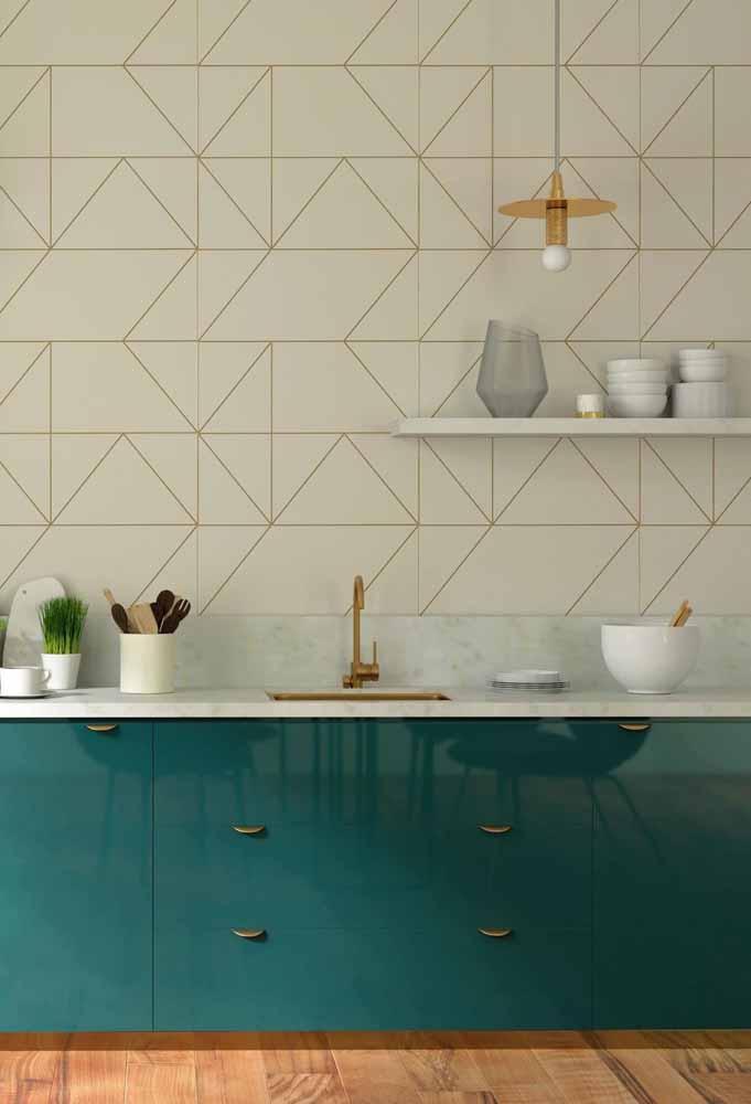 Uma combinação ótima para dar um toque mais sofisticado para a sua cozinha verde é investir em utilitário dourados, como os puxadores e a torneira