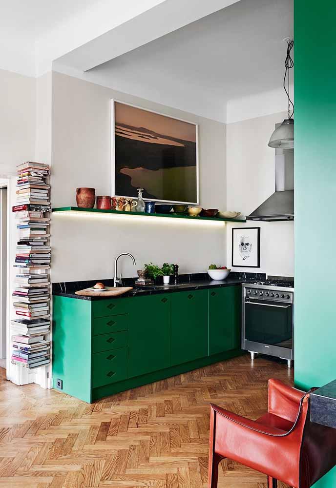 Num estilo mais boêmio, uma cozinha com armários verdes vibrantes