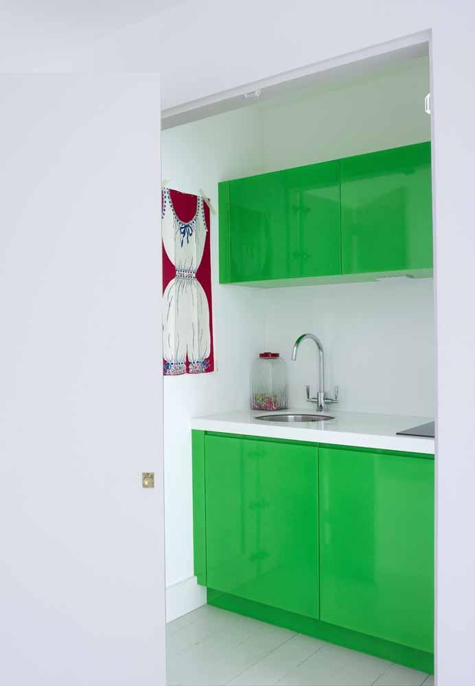 Cozinha simples com armários em verde limão esmaltado