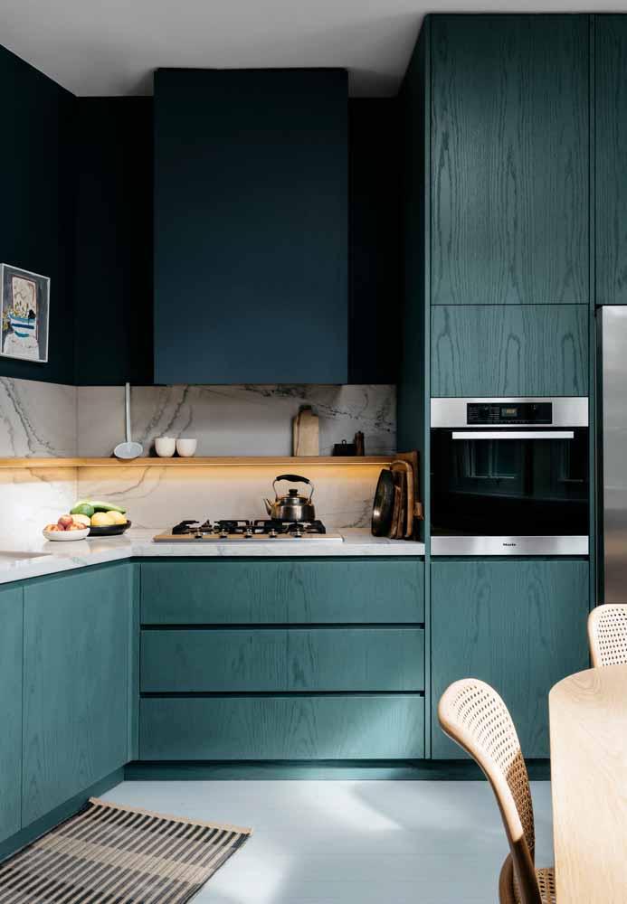 O verde escuro como pintura destes armários de madeira maciça