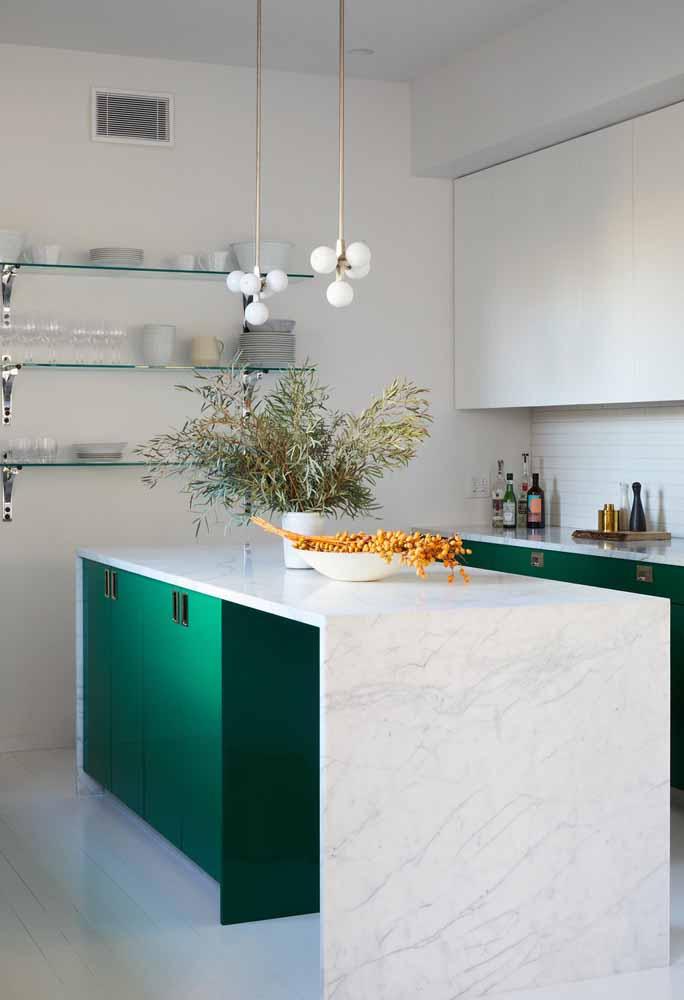 Quebra do branco total nesta cozinha com um toque de verde-água