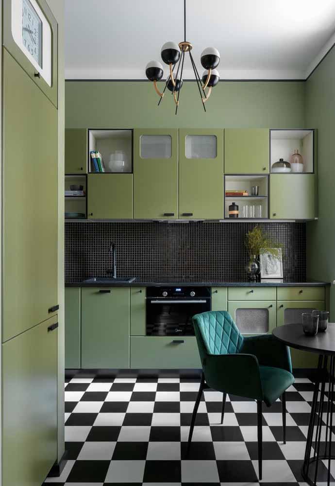 Combine detalhes em esmeralda com os tons de oliva nos móveis e nas paredes