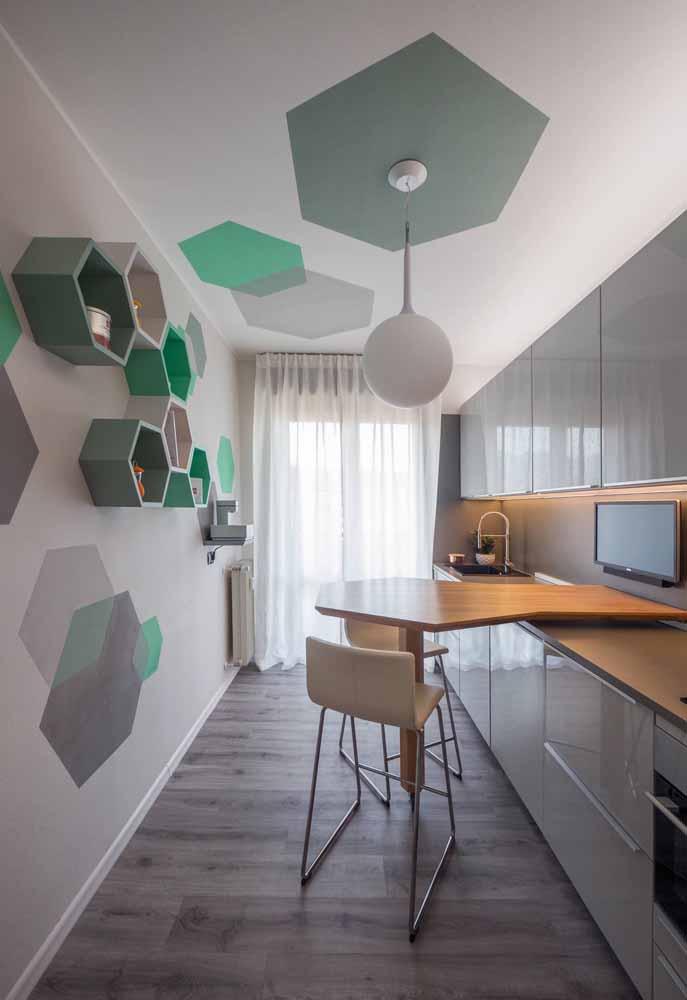 Brinque com as pinturas e formas geométricas diferentes em cozinhas mais neutras