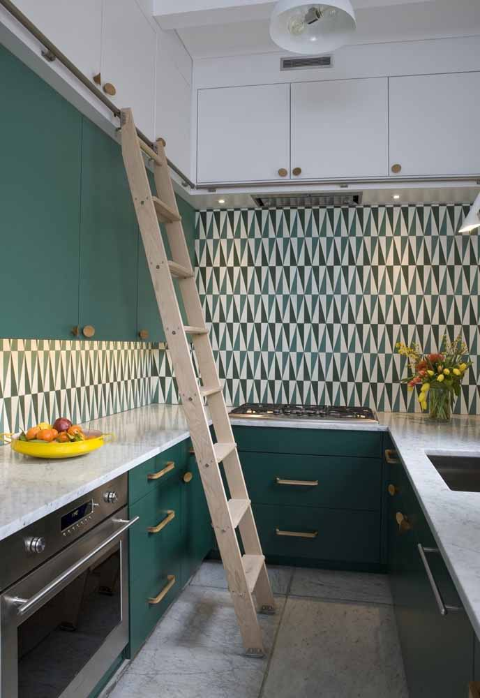 Combinação de verde no armário e no padrão dos azulejos para completar a decoração da sua cozinha verde