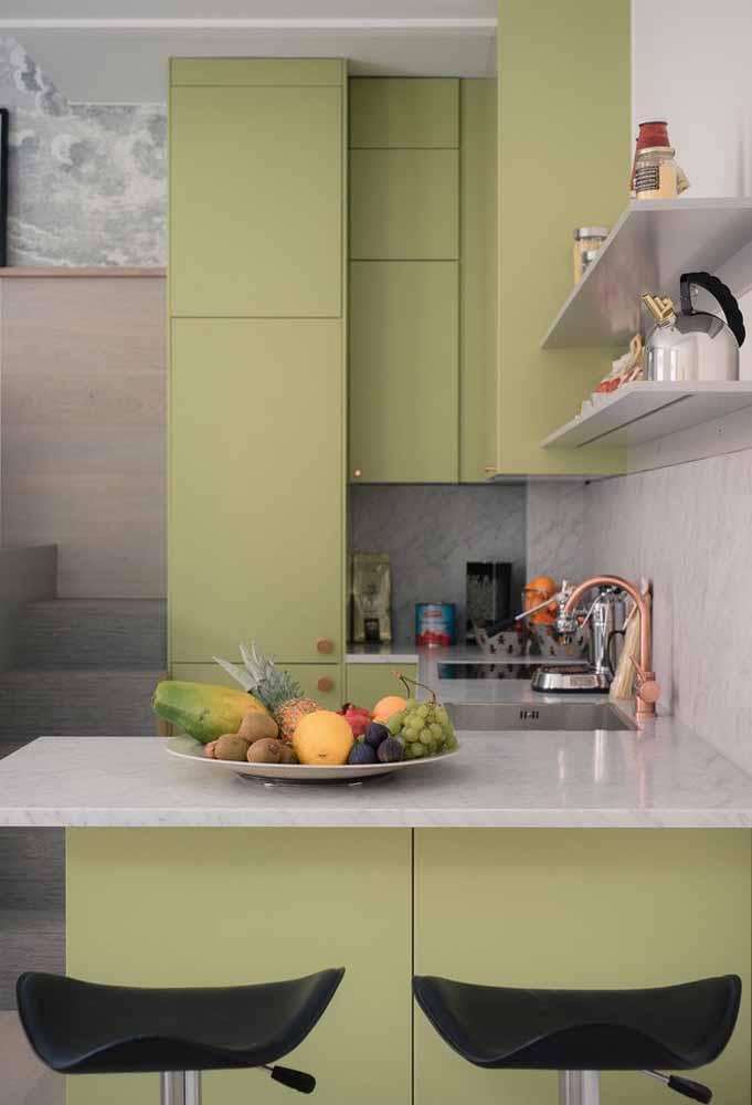 Um tom de verde pastel dando personalidade para essa cozinha funcional