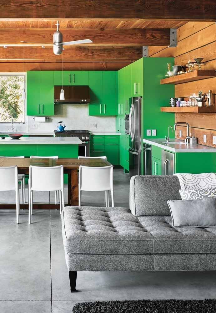 Uma cozinha alto astral que combina um verde vibrante com detalhes em madeira