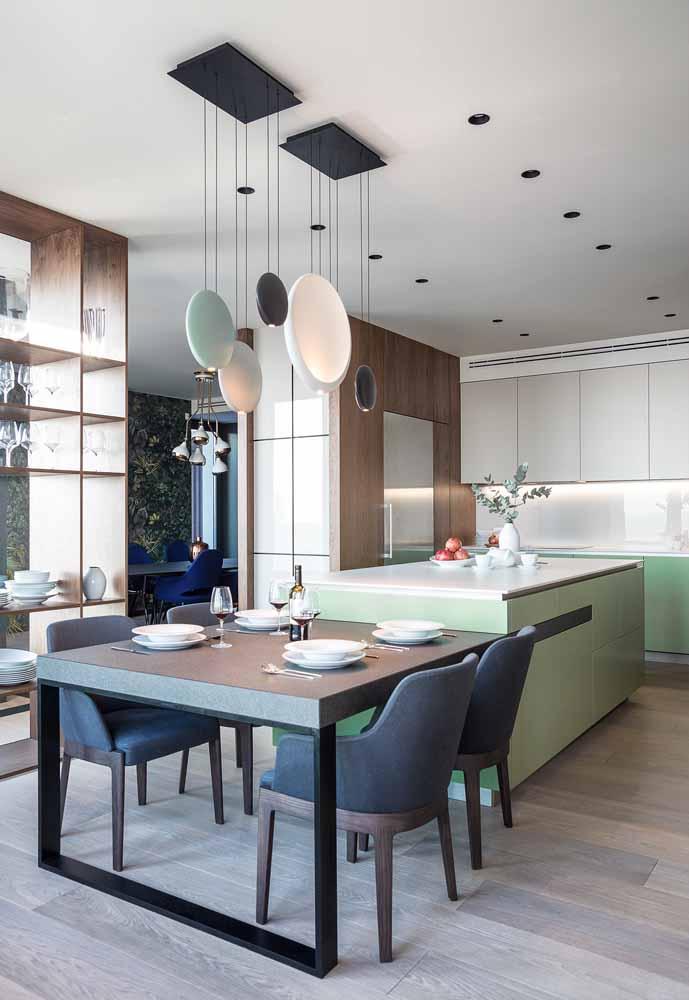 Verde, azul e marrom em destaque na sua cozinha com sala de jantar
