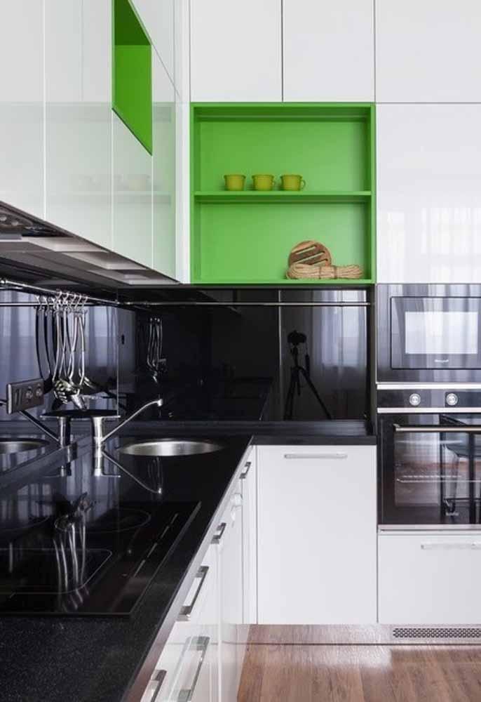 Nichos e detalhes em verde vibrante na sua cozinha preto e branco