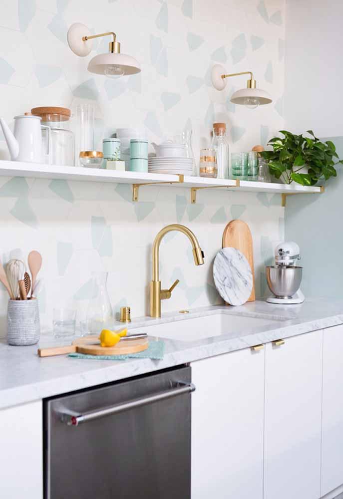 Menta nos pequenos detalhes numa cozinha clara