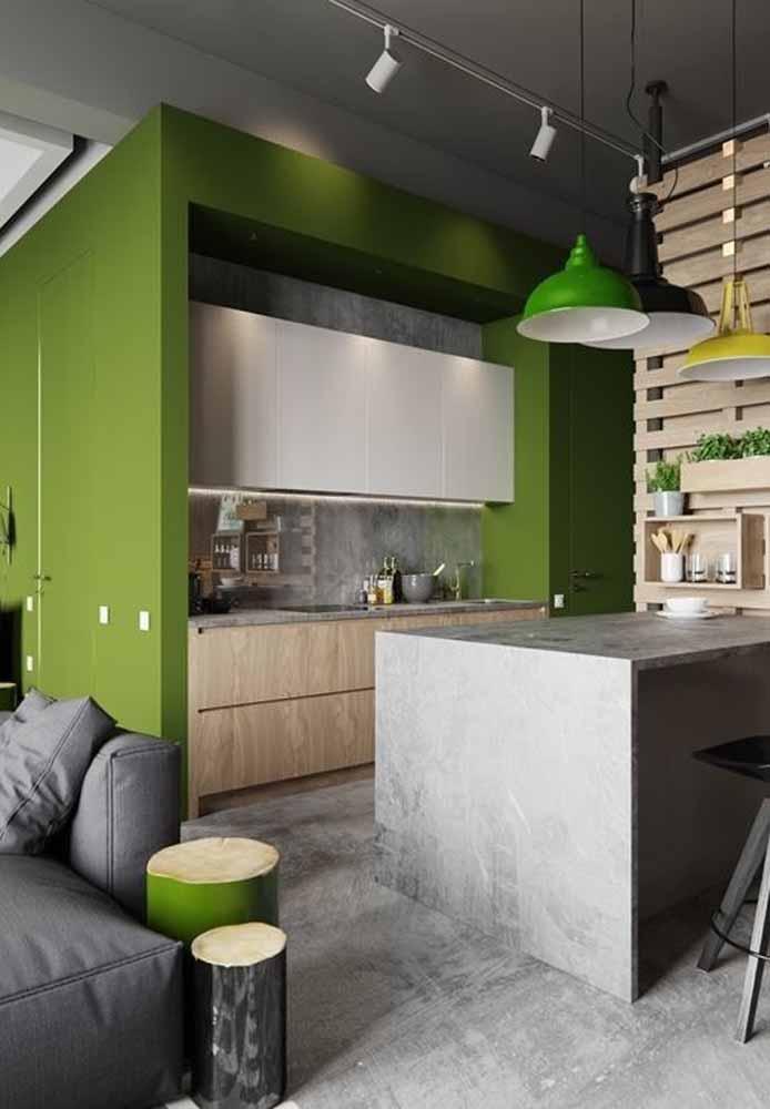 Bambu, cimento queimado e madeira trazendo o verde para a sua cozinha pequena industrial