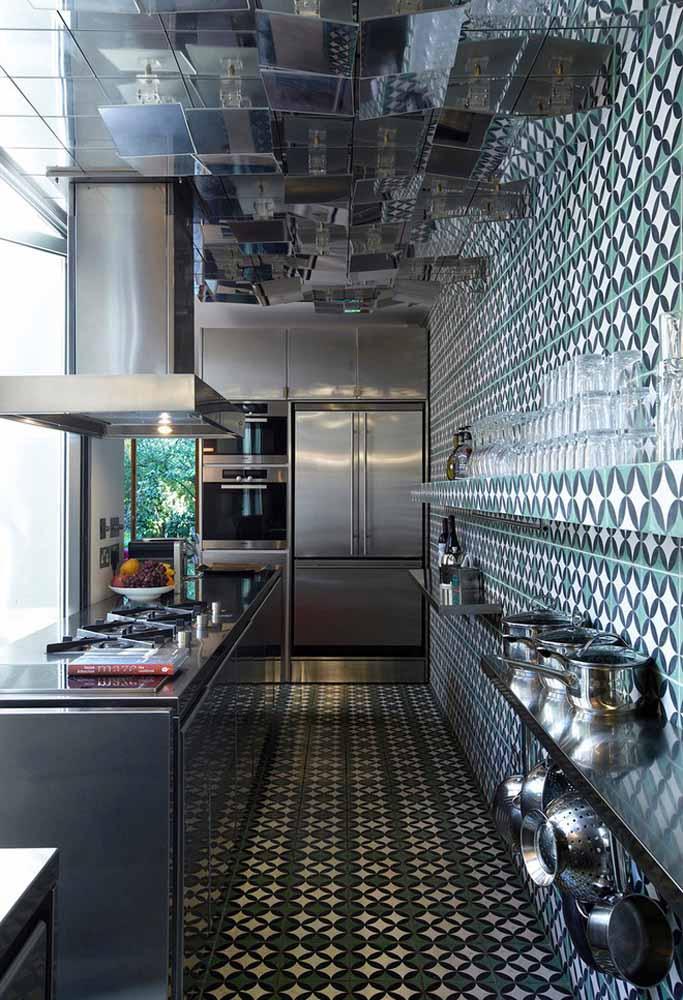 Aproveite a iluminação natural para dar personalidade às paredes e chão com uma cozinha verde e preta
