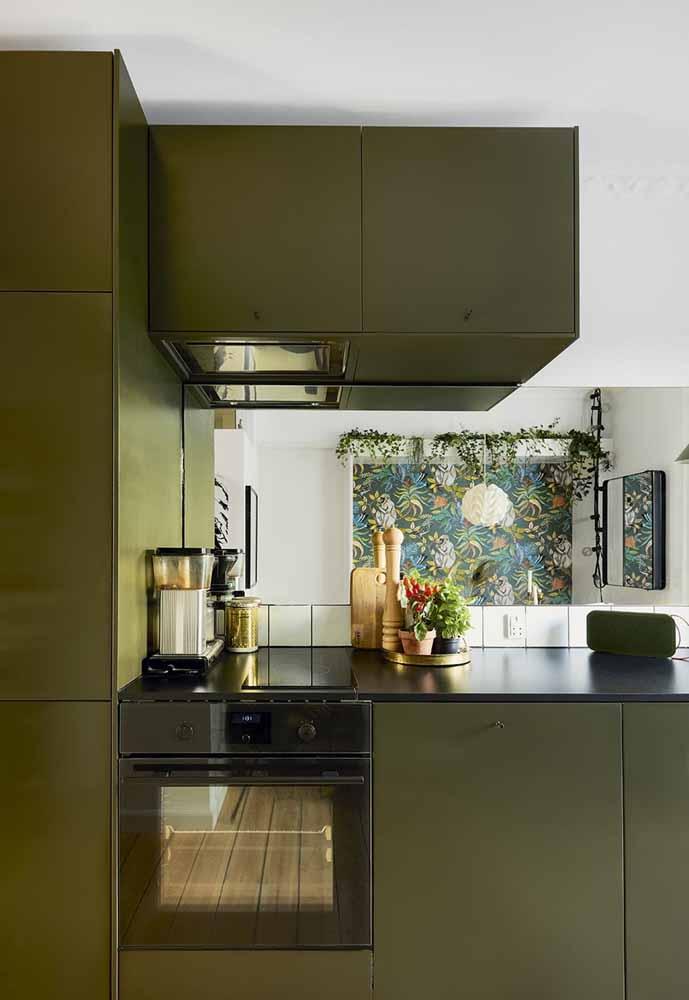 O verde oliva nos móveis da cozinha americana