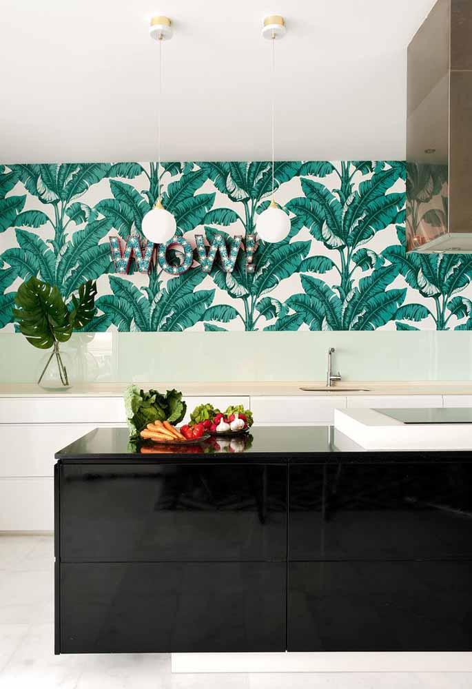 Um toque divertido na sua cozinha com um papel de parede tropical com muito verde presente