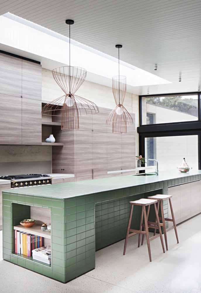 Ilha central com azulejos na cozinha contemporânea
