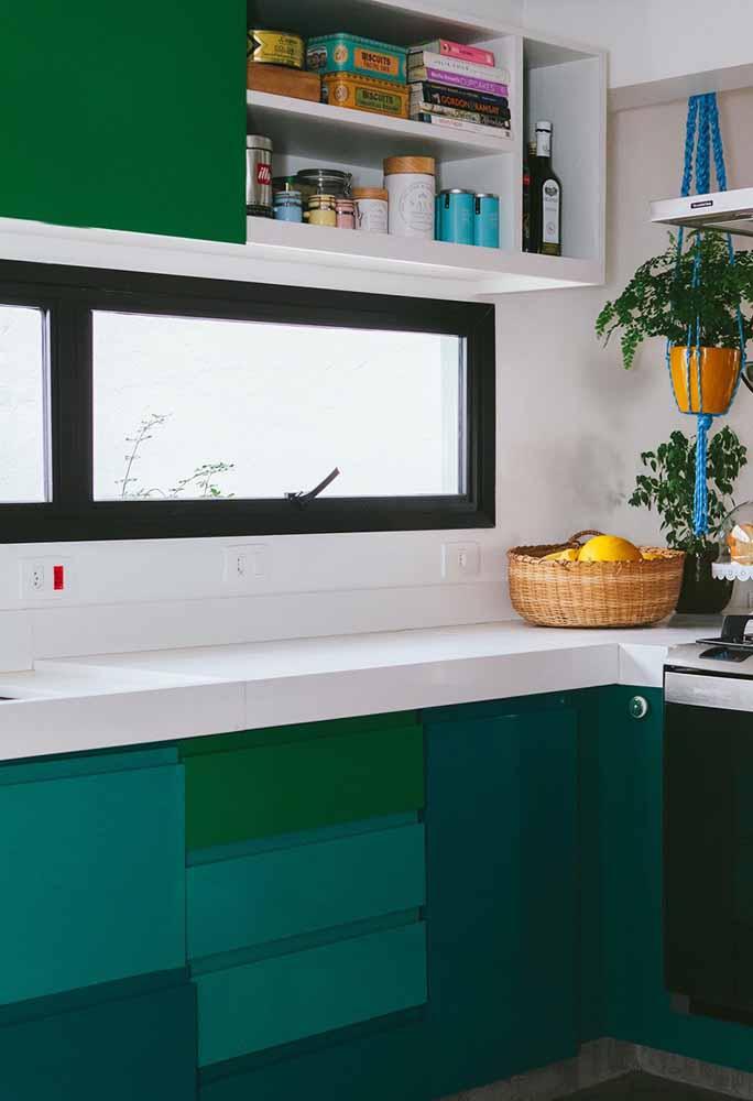 Tons verdes e esverdeados numa cozinha vibrante