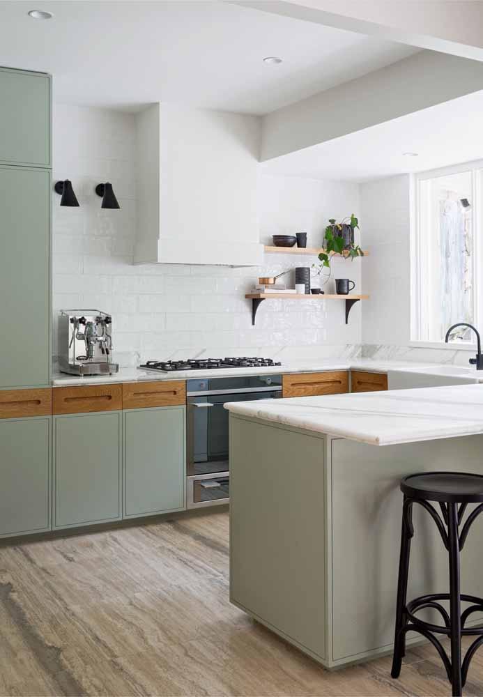 O verde pastel como grande combinação de uma cozinha clara